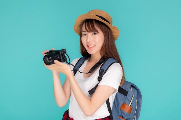 Piękny młody azjatykci kobiety ono uśmiecha się jest podróż fotografa odzieży mody podróży latem.
