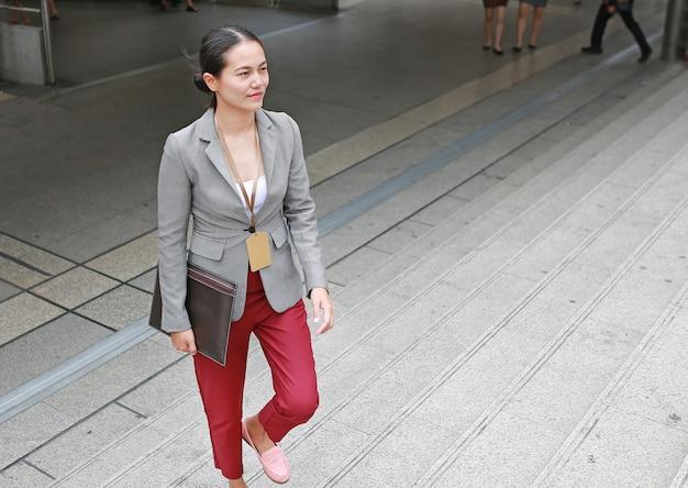 Piękny młody biznesowej kobiety chodzący outside.