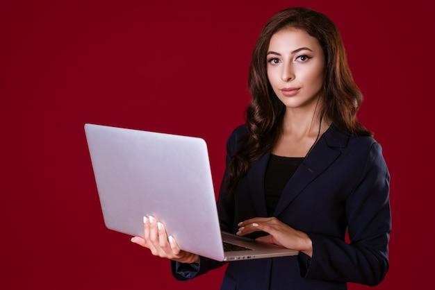 Piękny młody bizneswoman z laptopa na białym tle