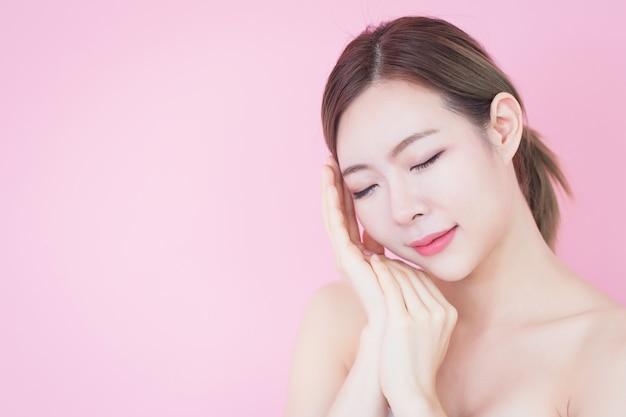 Piękny młody caucasian azjatykci kobieta uśmiech z czystym świeżym skóry twarzy naturalnym makeup. kosmetologia, pielęgnacja skóry, czyszczenie twarzy