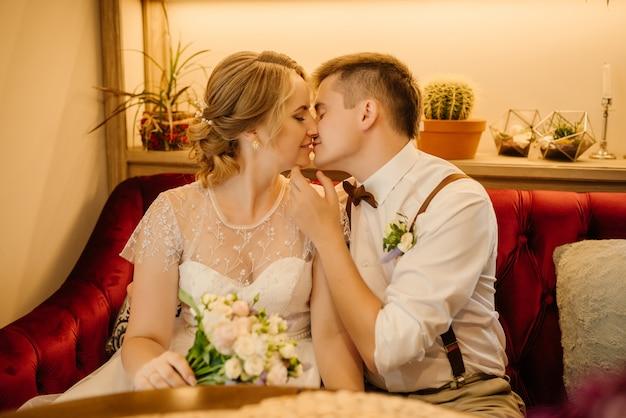 Piękny młody panna młoda i pan młody pocałunek w dzień ślubu