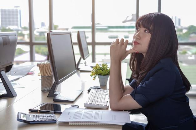 Piękny młody personel siedzi przy biurku