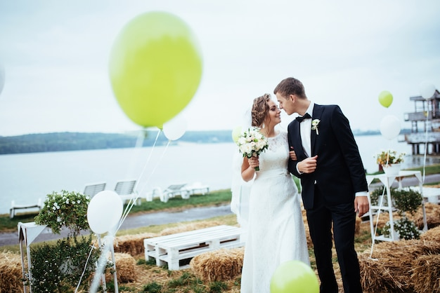 Piękny młody ślub pary całowanie, blondynki panna młoda z kwiatem