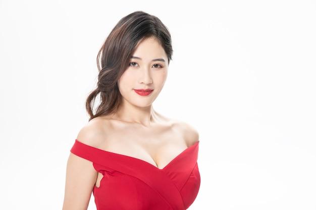 Piękny model azjatycki za pomocą czerwonej sukienki