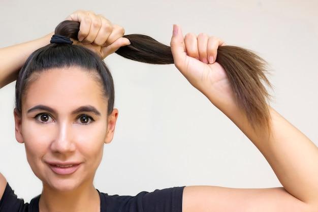 Piękny model dziewczyny z błyszczącymi brązowymi prostymi długimi włosami
