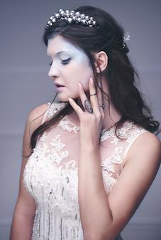 Piękny model jako królowa lodu