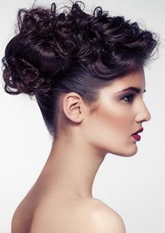 Piękny model jest ubranym włosianych ślubnych akcesoria dla pięknej panny młodej na białym tle