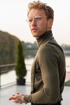Piękny model mężczyzna patrząc od hotelu