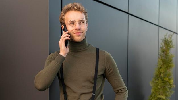 Piękny model mężczyzna rozmawia przez telefon