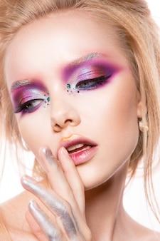 Piękny model młody z jasnym makijażem