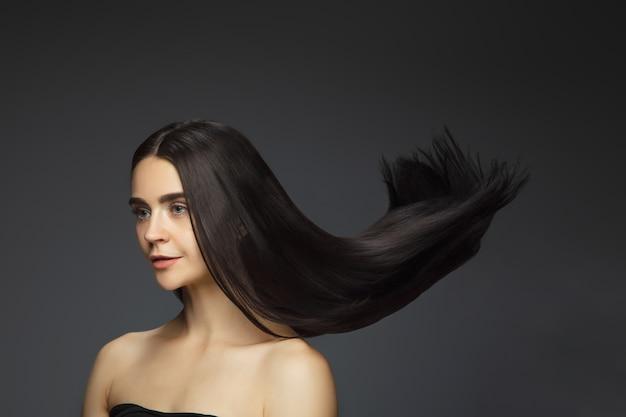 Piękny model o długich, gładkich, rozwianych brunetkach