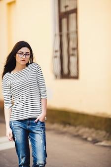 Piękny model w pasiastym swetrze w okularach
