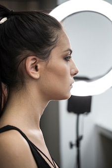 Piękny model w studio makijażu
