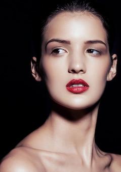 Piękny model z czerwonymi ustami