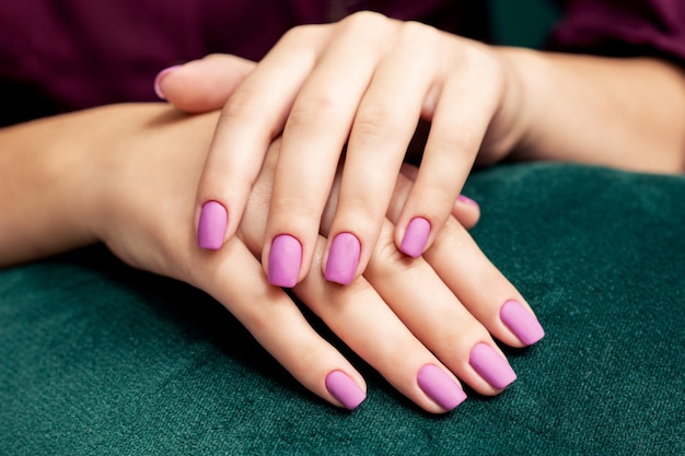 Piękny modny stylowy fioletowy matowy manicure.