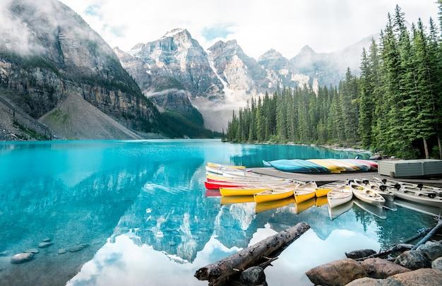 Piękny morena jeziora krajobraz w banff parku narodowym, alberta, kanada