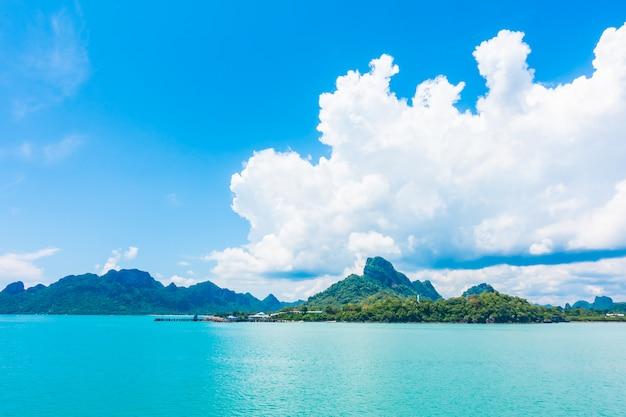 Piękny morze i ocean z chmurą na niebieskim niebie