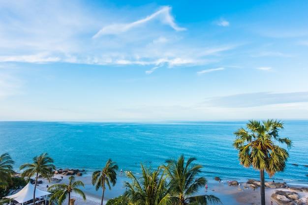 Piękny morze i plaża na niebieskim niebie