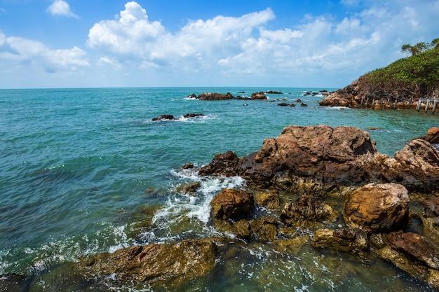 Piękny morze przy kapeluszową chao lao plażą w chanthaburi, tajlandia.