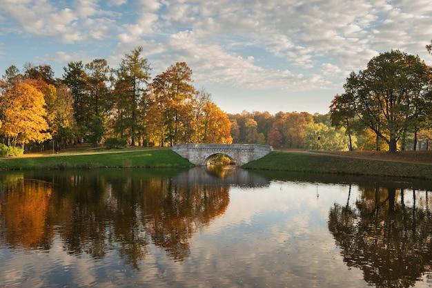 Piękny most łukowy w parku gatchina w złotą jesień