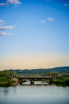 Piękny most w jeziorze i jasne spokojne niebo