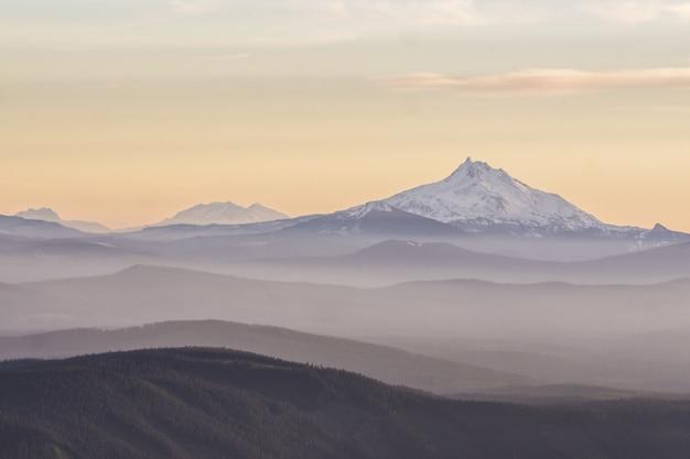Piękny mount jefferson z zachodem słońca w tle w oregonie