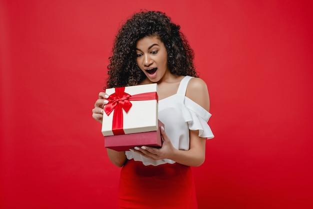 Piękny murzynki otwarcia valentine prezenta pudełko odizolowywający