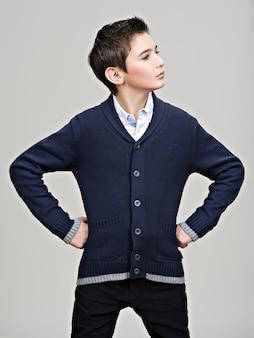 Piękny nastoletni chłopak pozowanie studio jako modelka.