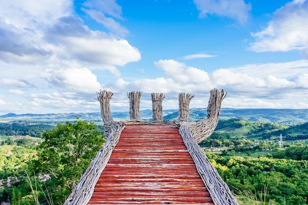 Piękny natura krajobraz kolorowy nieba i gór widok phukaew osiąga szczyt khao kho przy phetchabun, tajlandia.