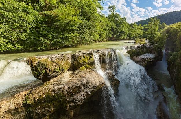 Piękny naturalny kanion i niesamowity wodospad. błękitne niebo