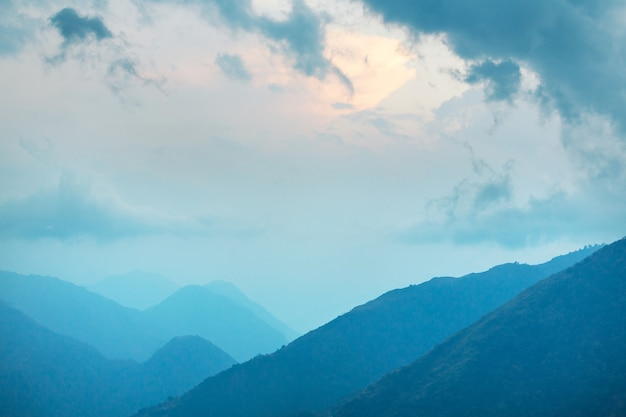 Piękny naturalny krajobraz. sylwetka góry o zachodzie słońca.