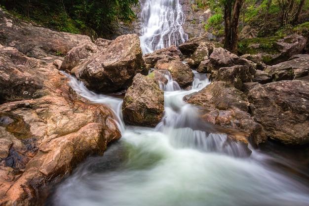 Piękny naturalny wodospad sarika ze skałami na pierwszym planie w parku narodowym khao yai