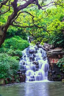 Piękny naturalny wodospad