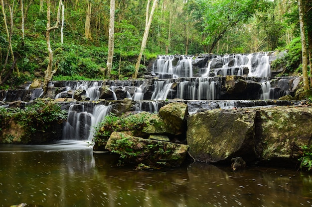 Piękny naturalny wodospad.