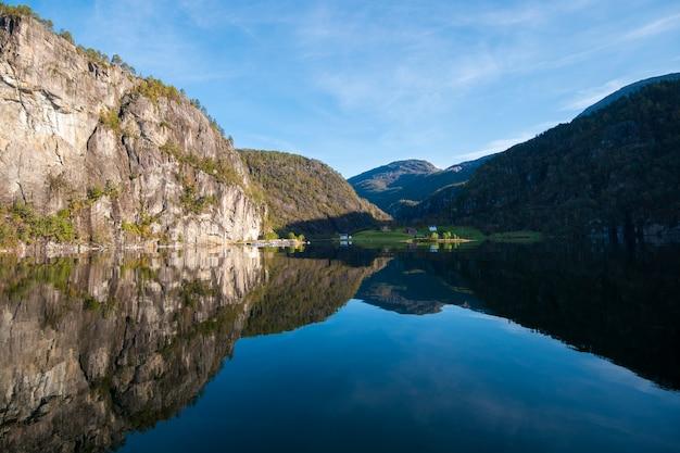 Piękny nieba i wody odbicie od bergen fjord, norwegia