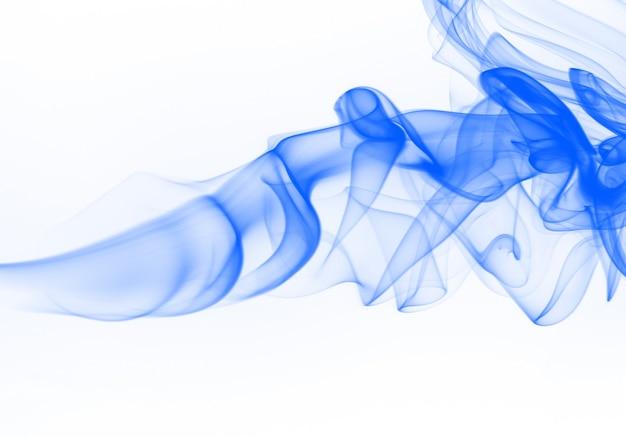 Piękny niebieski dym streszczenie na białym tle, atrament wody