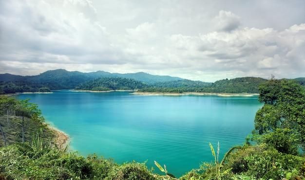 Piękny niebieski staw wody