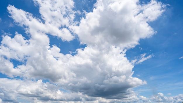 Piękny niebieskiego nieba i chmur naturalny tło.