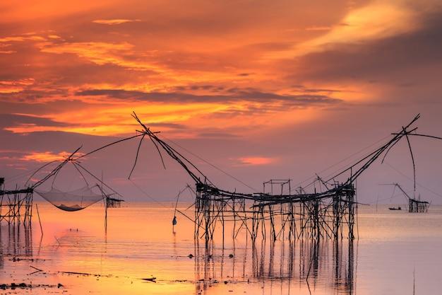 Piękny niebo i wschód słońca przy pak pra wioską, netto połów miejsce w phatthalung, południowy tajlandia