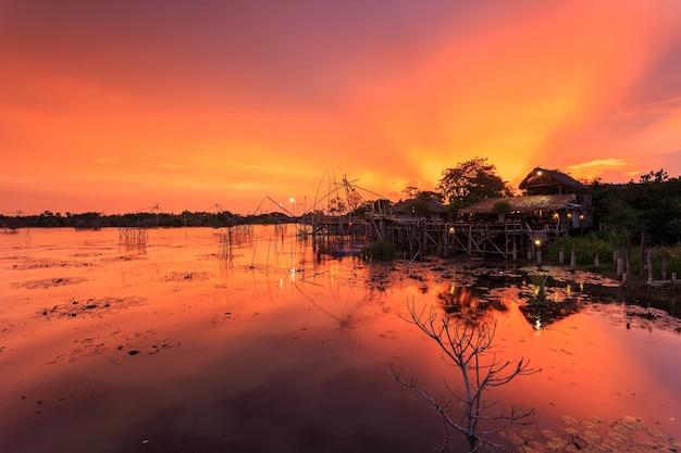 Piękny niebo i zmierzch przy pak pra wioską, netto połów miejsce w phatthalung, południowy tajlandia.