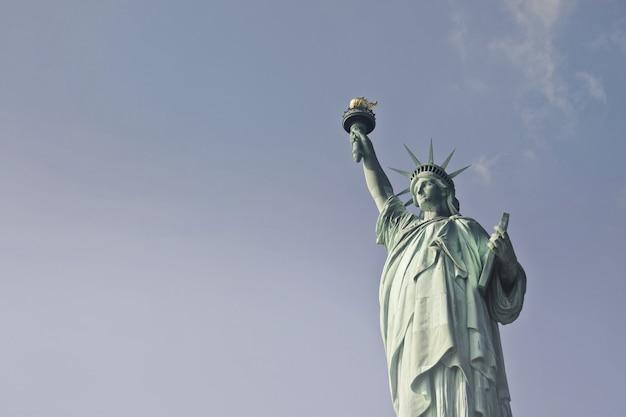 Piękny niski kąt strzelał statua wolności podczas dnia w nowy jork