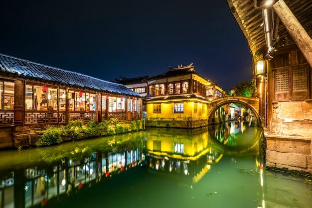 Piękny nocny widok zhouzhuang, starożytnego miasta w prowincji jiangsu