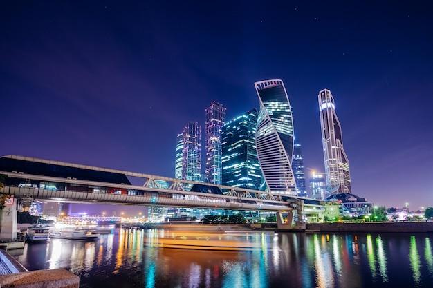 Piękny nowoczesny miasto moskwa nocą