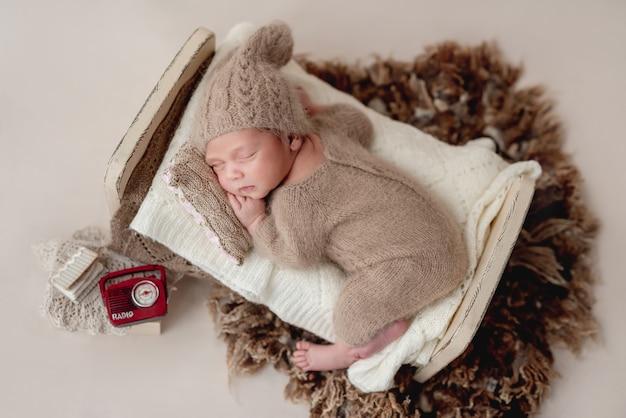 Piękny noworodek śpi na malutkim łóżeczku