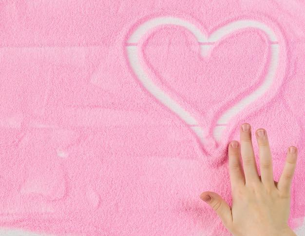 Piękny obraz ludzkiej dłoni dziecka serca tle