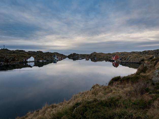 Piękny obraz morza, nieba i krajobrazu oraz cieśniny między rovar i urd, dwie wyspy w archipelagu rovaer w haugesund w norwegii.
