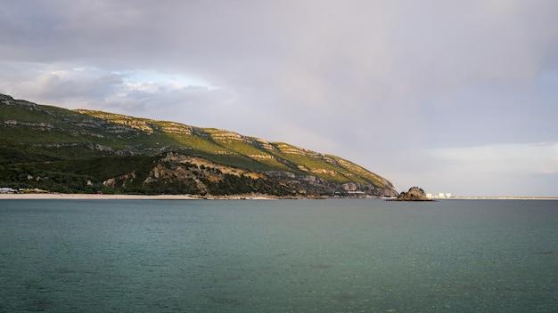 Piękny obraz wybrzeża w parku przyrody arrabida