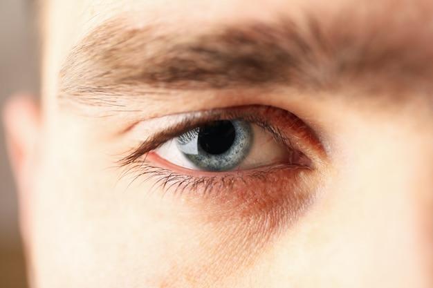 Piękny obsługuje niebieskie oko, zbliżenie. makro pojęcie opieki zdrowotnej i medycznej