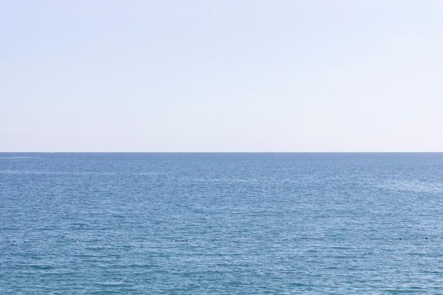 Piękny ocean i niebo w tle
