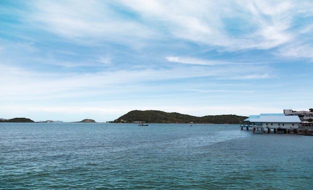 Piękny ocean i pływający dom